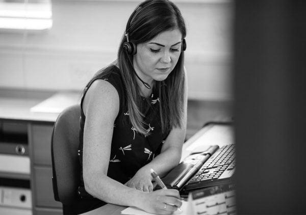 Medarbejder ved computer